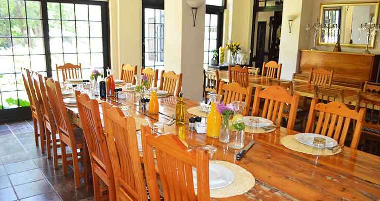 http://www.bailliesmanor.co.za/wp-content/uploads/2016/02/Dining-1-1.jpg