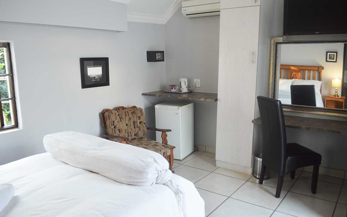 http://www.bailliesmanor.co.za/wp-content/uploads/2016/08/Double-Room-7.jpg