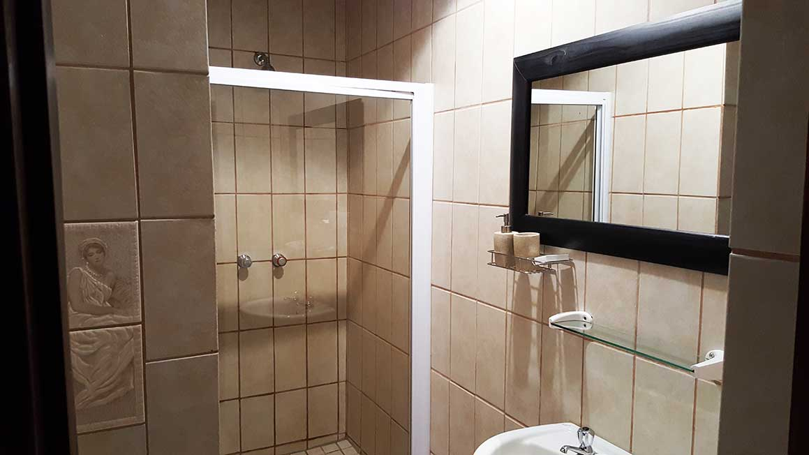 https://www.bailliesmanor.co.za/wp-content/uploads/2016/02/Single-Room-Bath.jpg