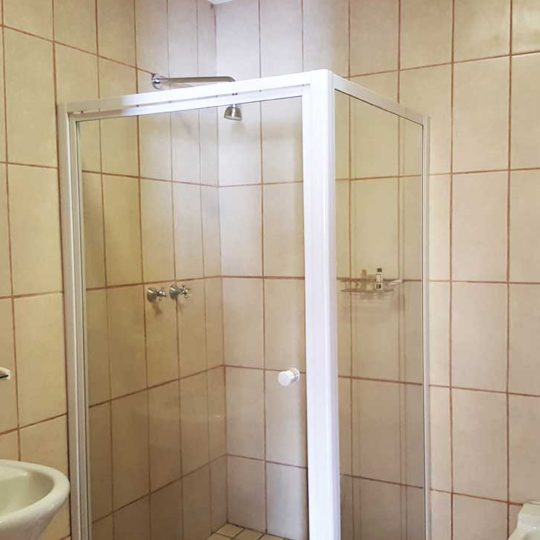 https://www.bailliesmanor.co.za/wp-content/uploads/2016/08/Family-Bathroom-2-540x540.jpg